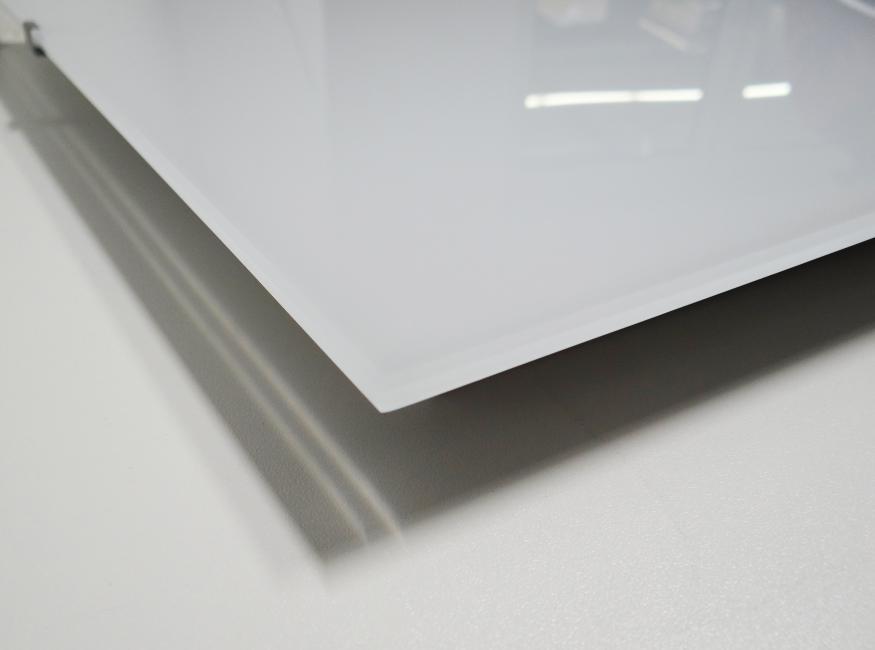 Detailfoto der Infrarot Glasheizung ohne Außenrahmen, weiß