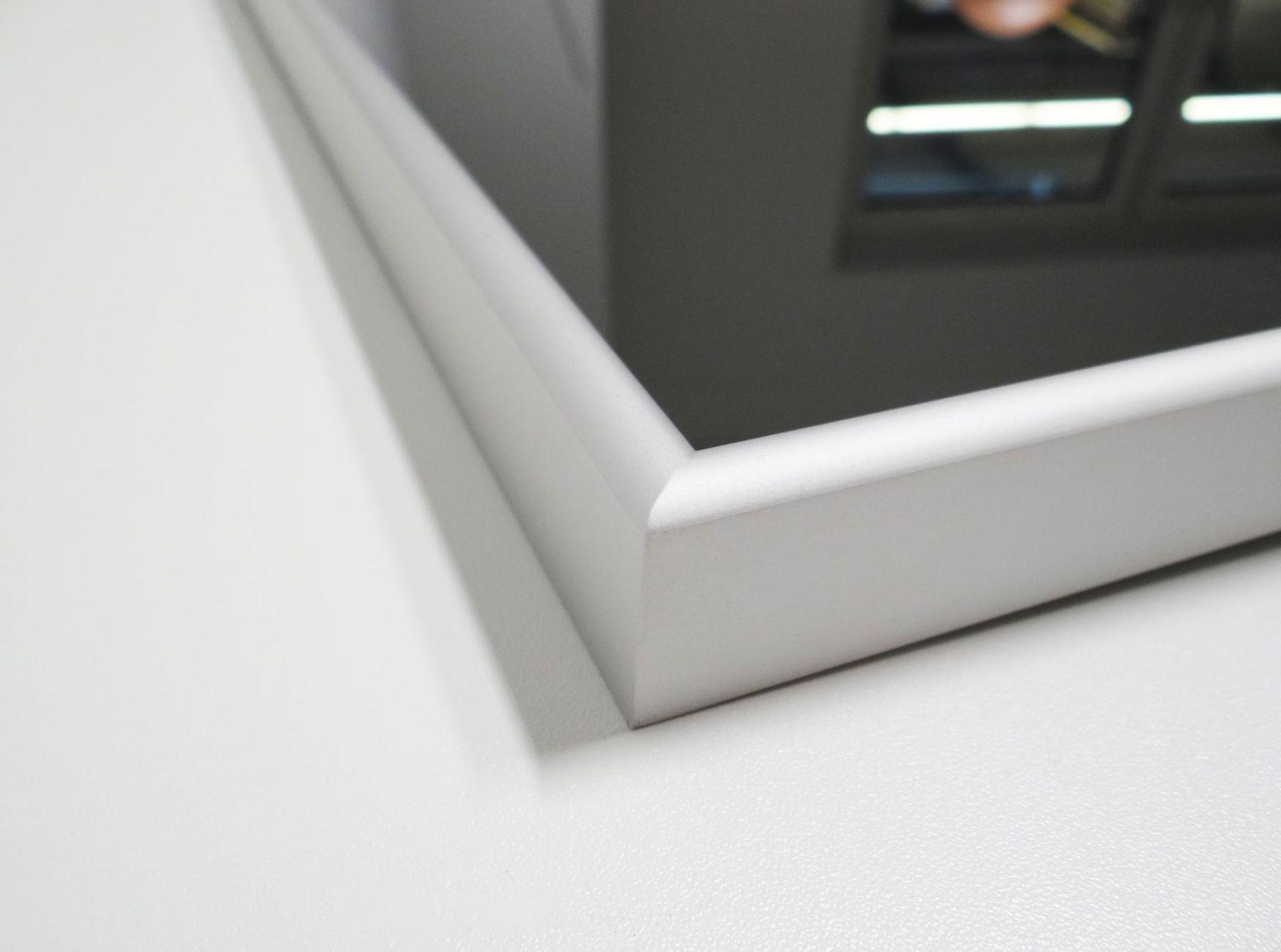 Detailfoto der Infrarot Spiegelheizung Nomix Mirror mit Alurahmen